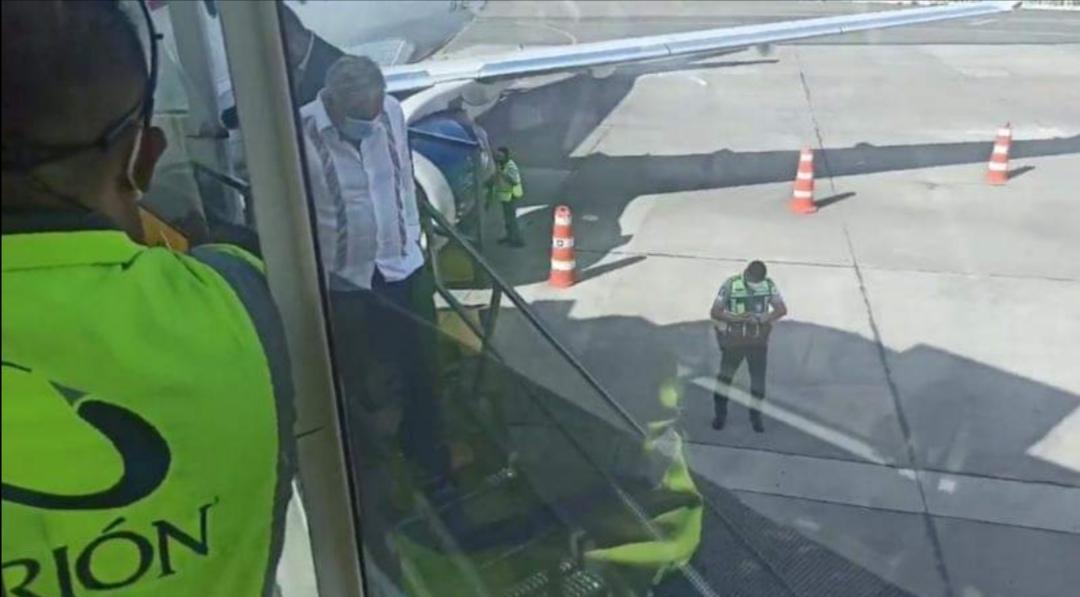 AMLO evita los pasillos del AICM; toma vehículo especial al bajar del avión