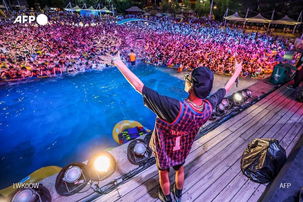 Miles de personas se reúnen en parque acuático de Wuhan
