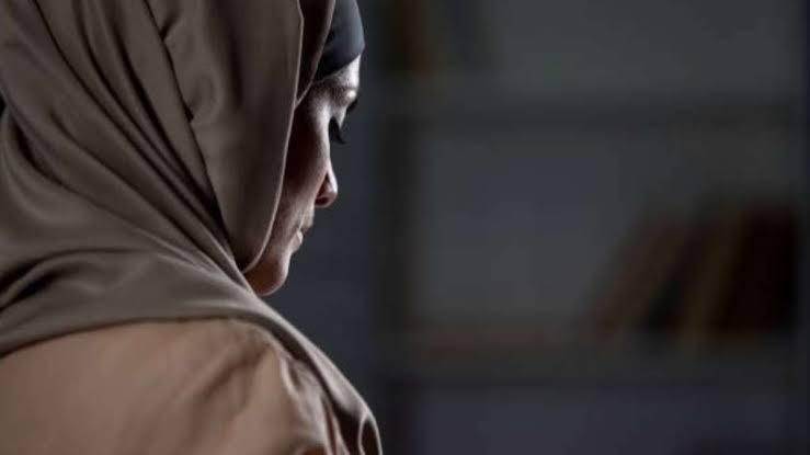 Por enamorarse de un cristiano joven musulmana es golpeada y rapada por sus familiares en Francia