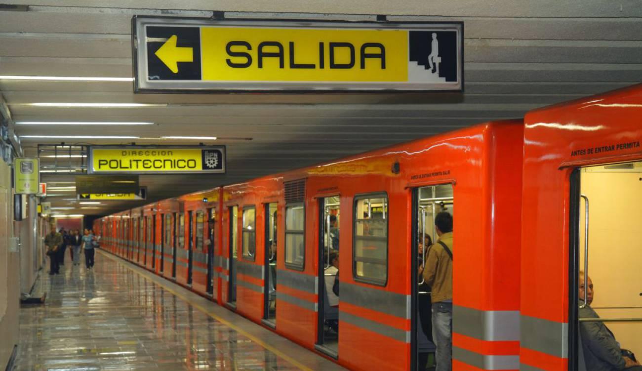 Rescatan a mujer que se arrojó a las vías del metro en la CDMX
