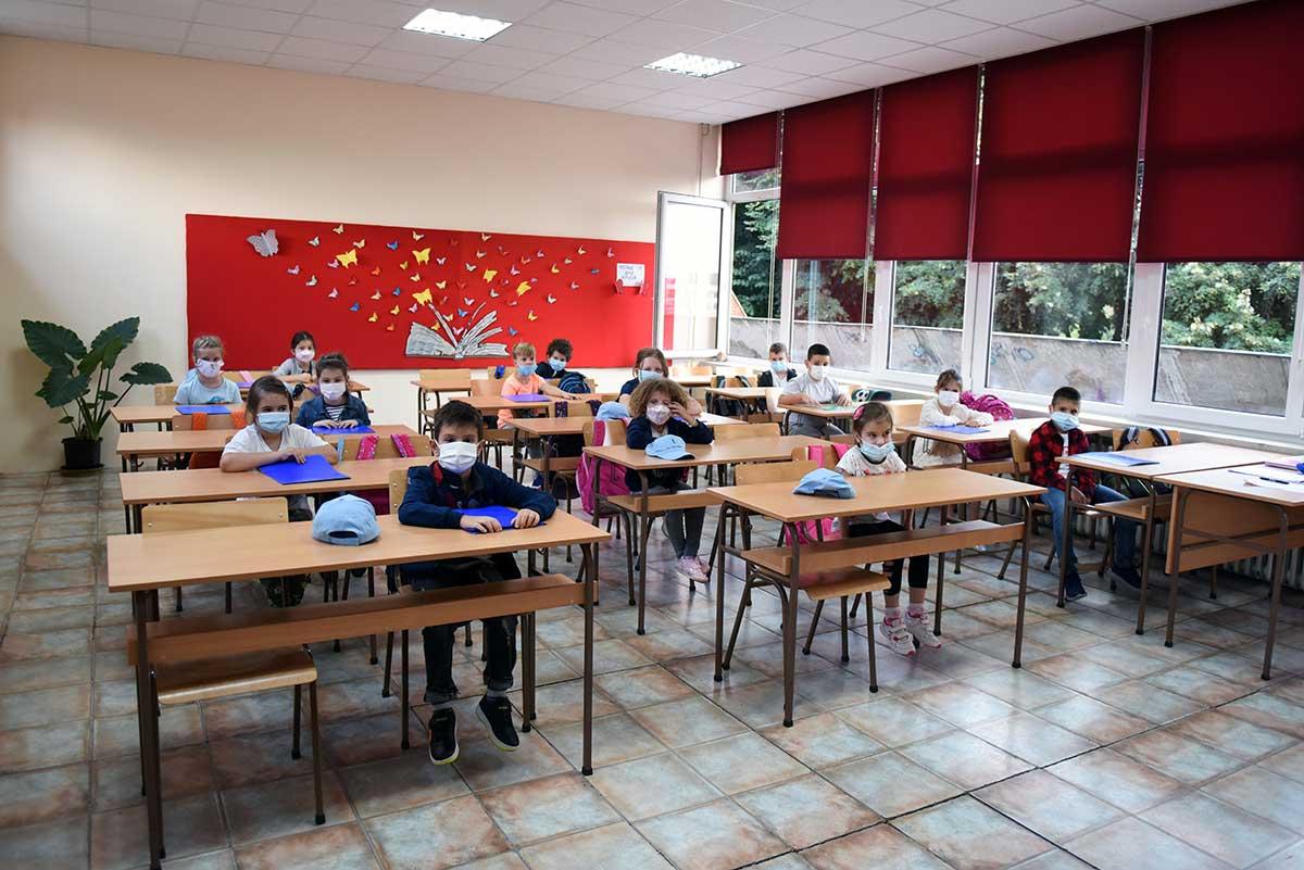 Millones de niños regresan a clases en Europa