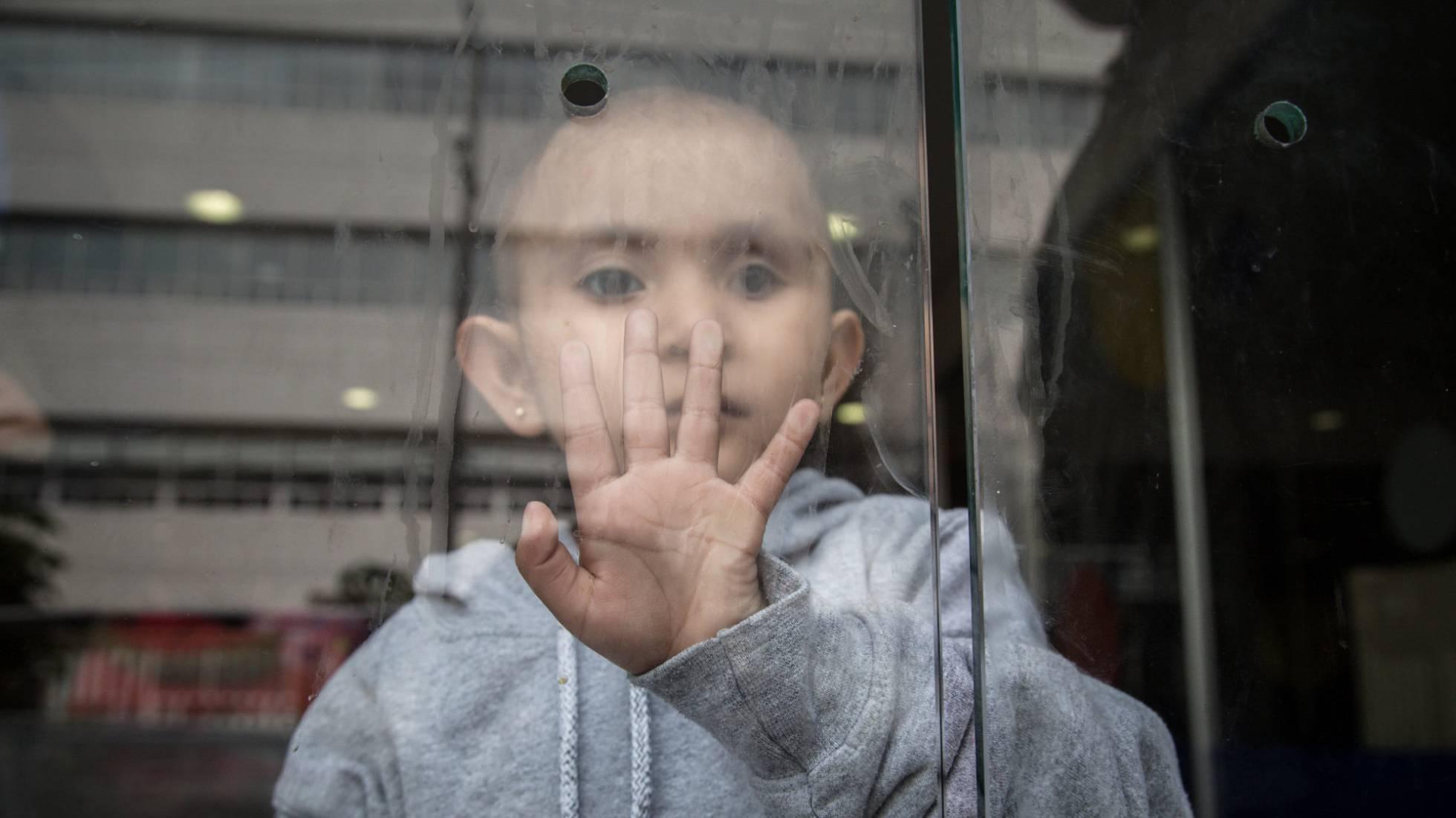 Padres de niños con cáncer denuncian a AMLO por falta de medicamentos