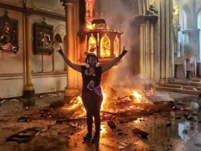 Joven celebra incendio de una iglesia y pública foto en redes