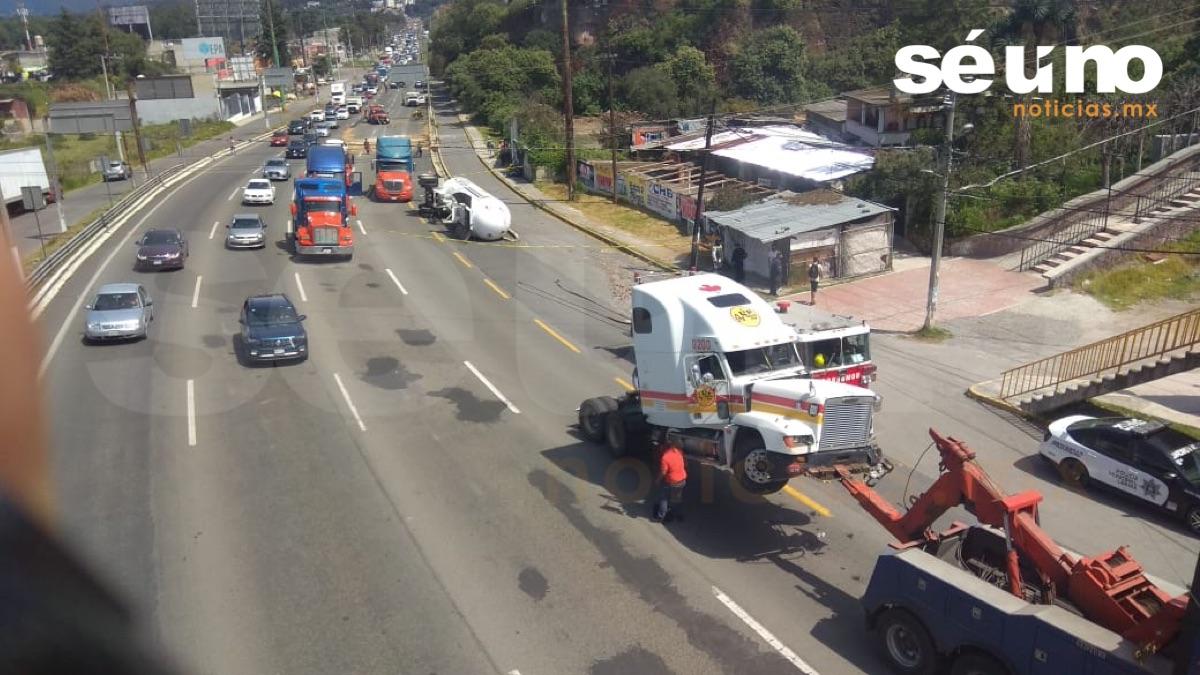 Vuelca pipa cargada de gas LP en la México Toluca; desalojan a 150 personas