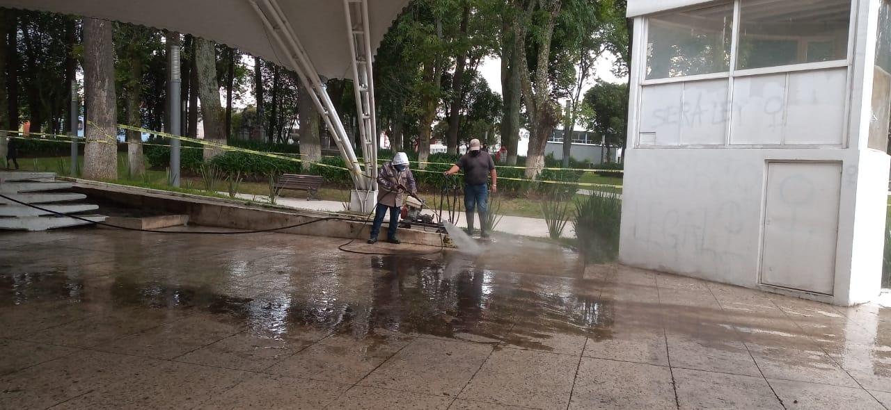 Borran pintas en monumentos y mobiliario tras marcha en Toluca
