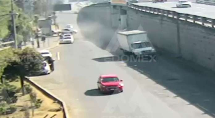 #Video Camión vuelca en la México-Toluca