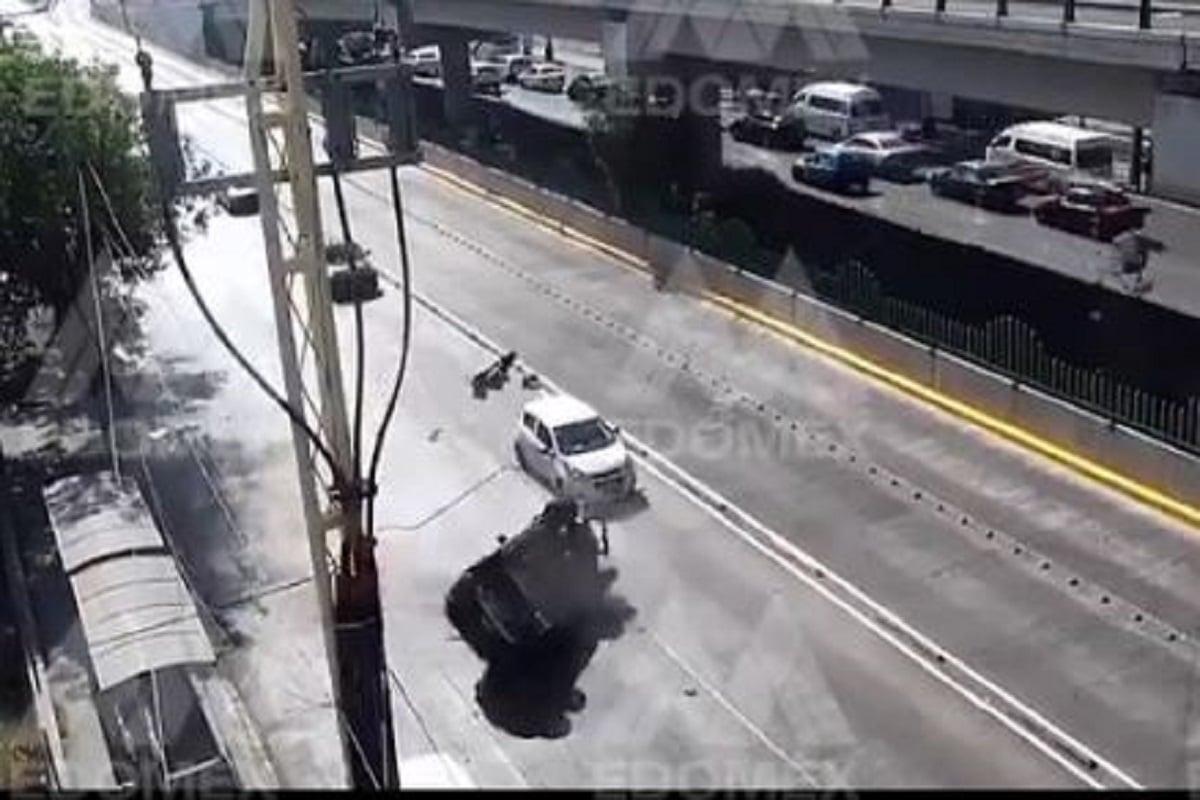 #Video Camioneta se impacta contra un árbol y vuelca en Ecatepec