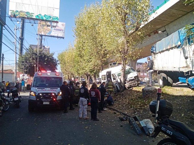 Una camioneta de transporte público y un Torton, chocaron contra árboles en Periférico norte