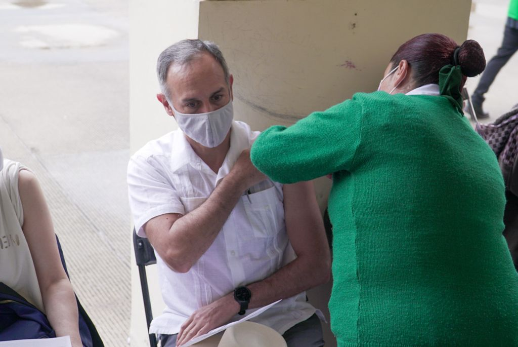"""""""La enfermera tiene manos de seda, no sentí nada"""" dice Gatell, tras vacunarse contra la COVID-19"""