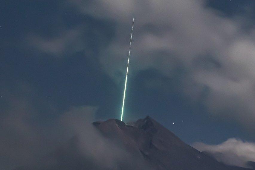 #VÍDEO Meteoro cae sobre el volcán Merapi
