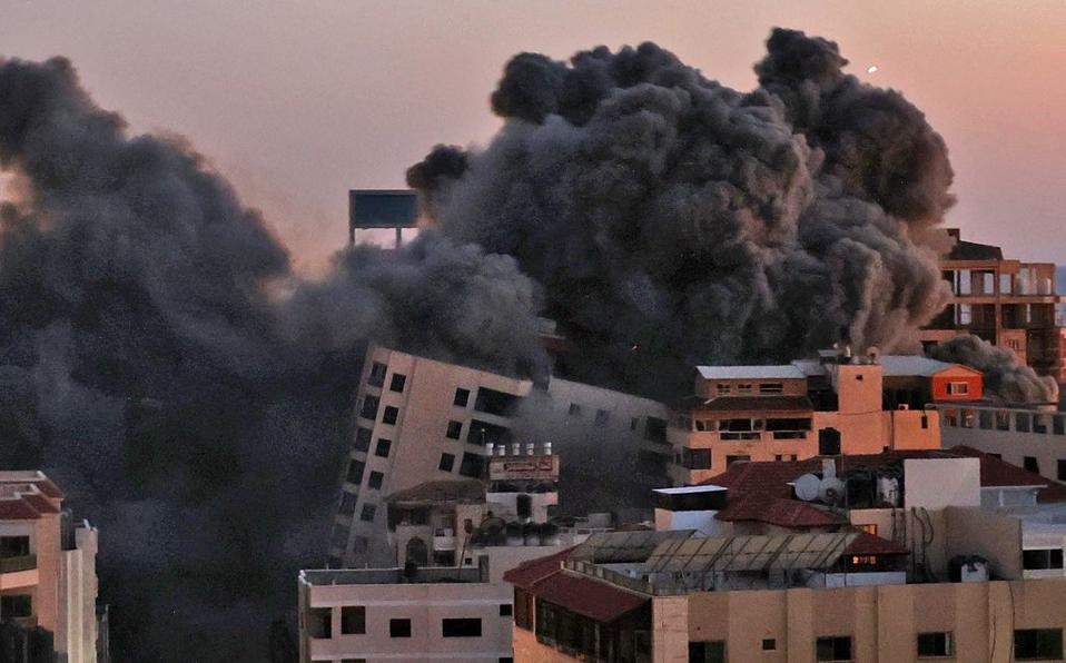 VIDEO: Derrumban edificio de 12 pisos en Gaza durante bombardeo