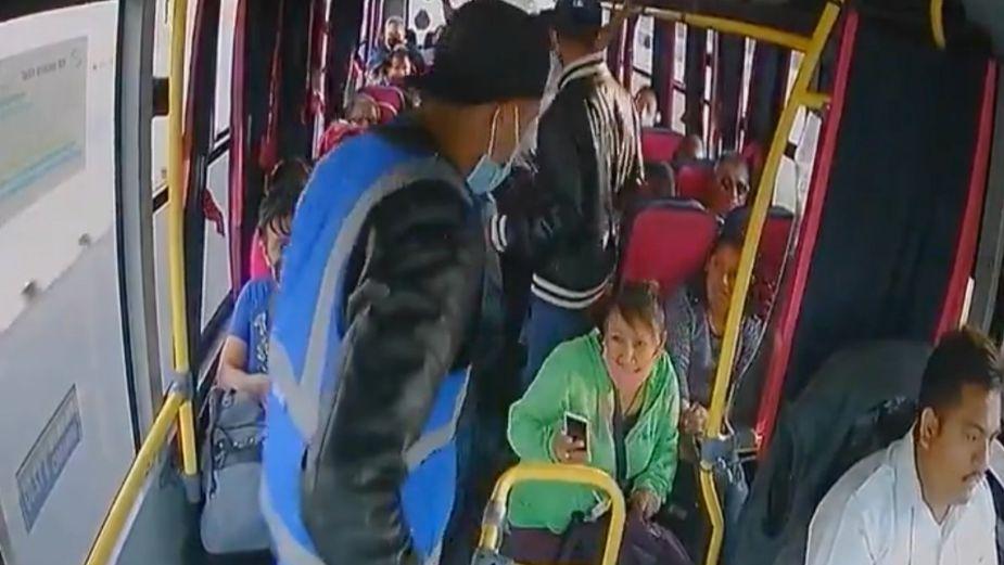 ¡En menos de un minuto! Sujetos asaltan autobús en el Edomex
