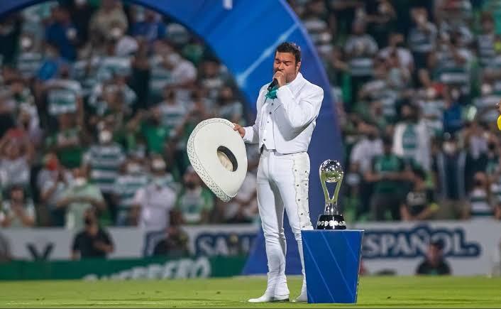 ¡Otro! Pablo Montero se equivoca al entonar el Himno Nacional en la final de Santos vs Cruz Azul
