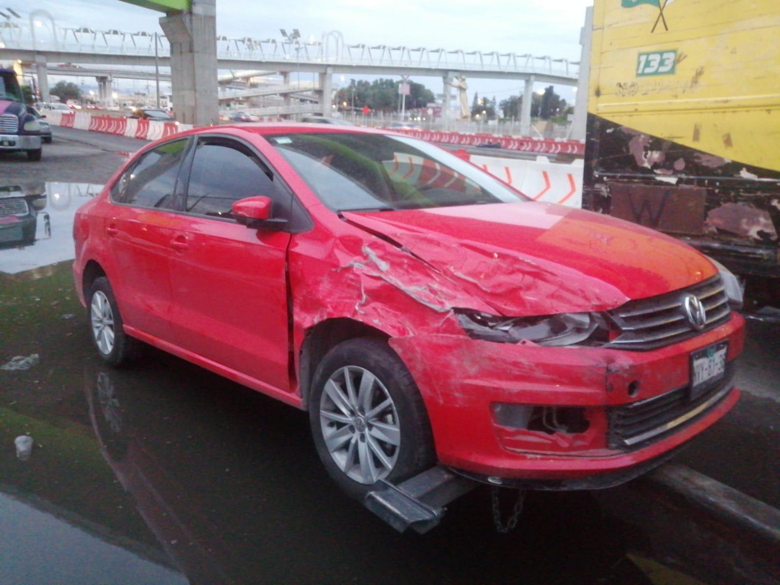 Policías de Ecatepec detienen a dos sujetos que robaron camioneta y provocaron fuerte accidente