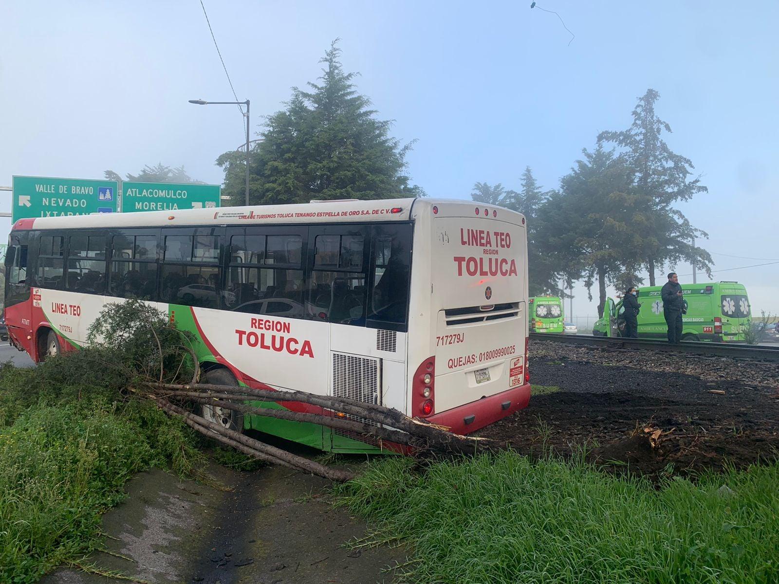 Chófer pierde el control de camión y choca contra árbol en Paseo Tollocan en Toluca