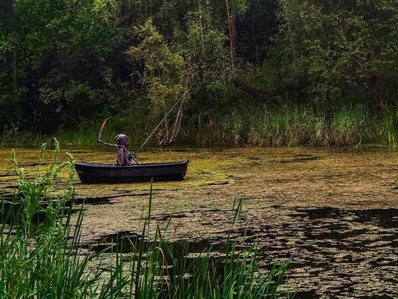 """La muerte """"espera sentada"""" en lago de Rusia para espantar a turistas cochinos"""