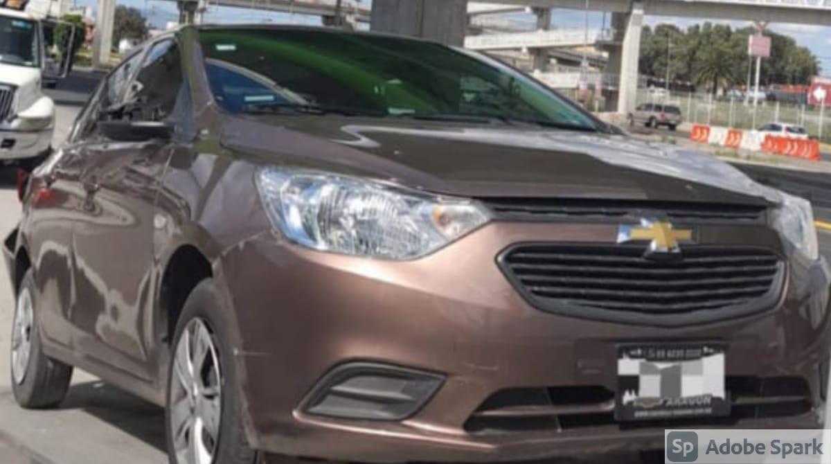 Policías de Ecatepec recuperan auto robado y detienen a 2 presuntos ladrones tras persecución que terminó en la CDMX