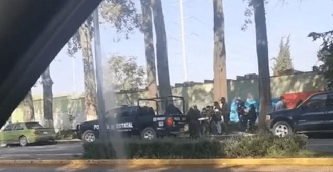Regalan policías del Edomex comida a familiares que esperan a pacientes afuera del hospital