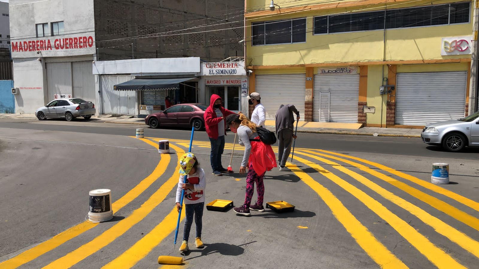 Activistas intervienen peligroso cruce peatonal de Toluca