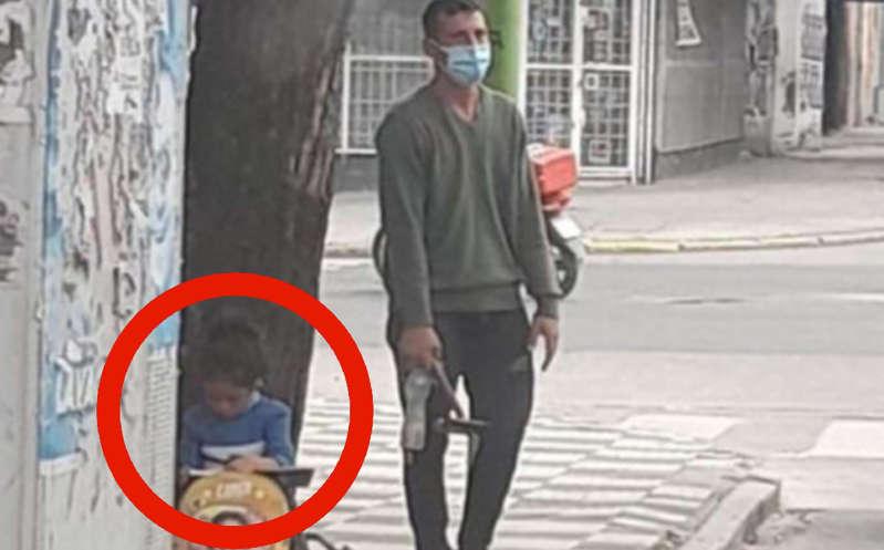 #VIRAL Niña es captada haciendo la tarea mientras su papá limpia parabrisas