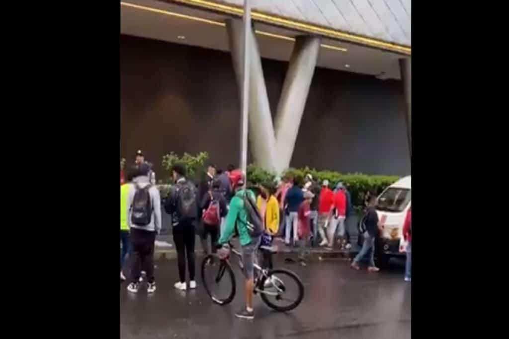 Sujeto es linchado tras dispararle a vendedora en Plaza Toreo