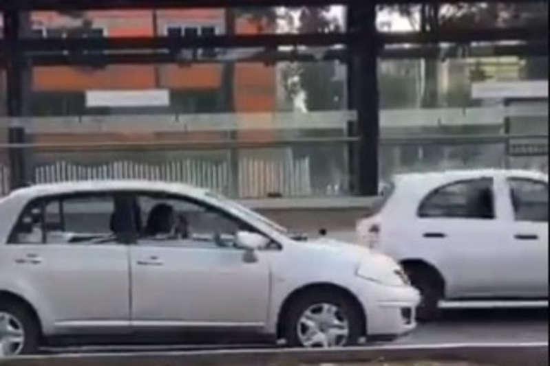 #VIRAL Mujer se estaciona en plena vía para maquillarse