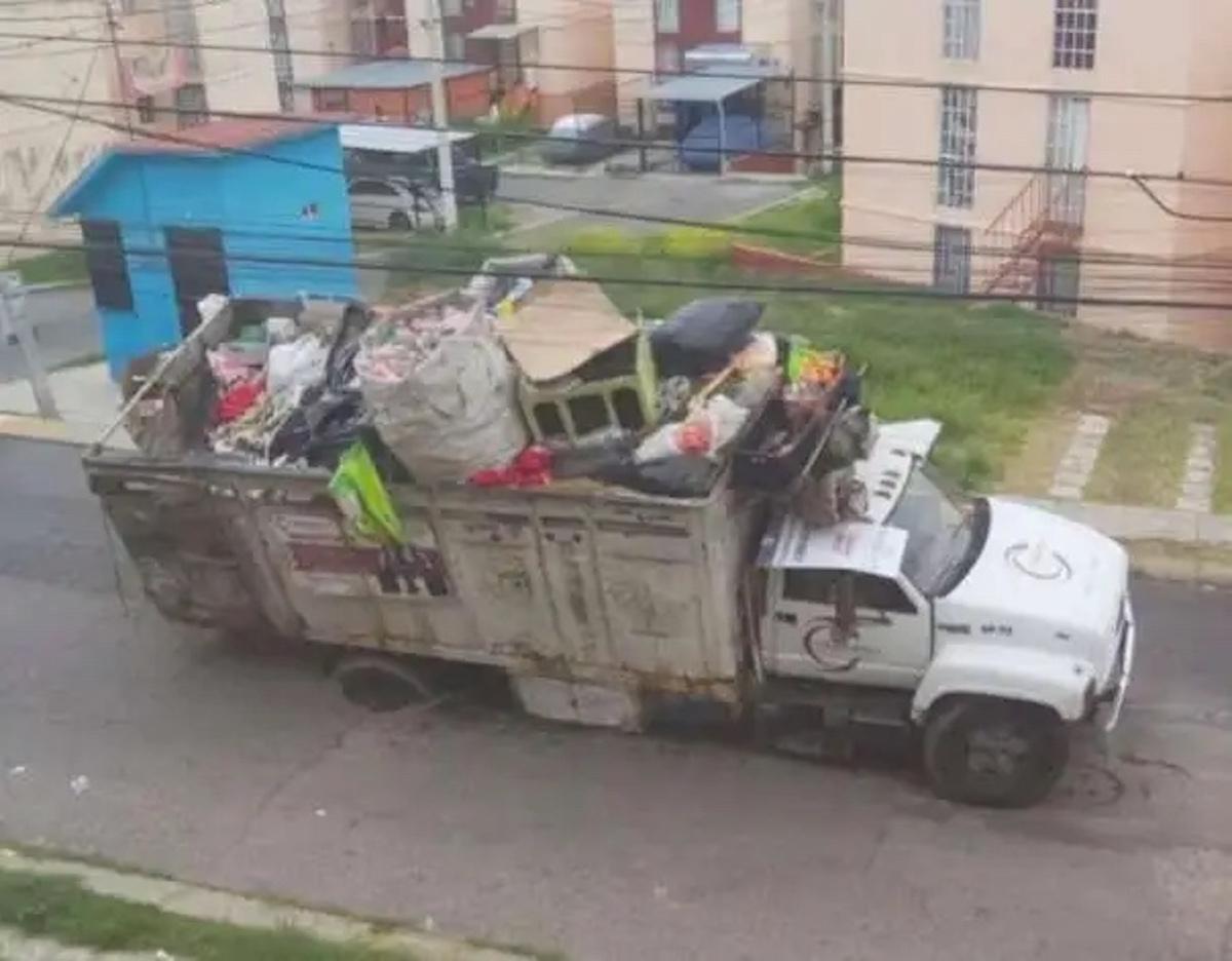 Camión de basura cae en socavón en Coacalco