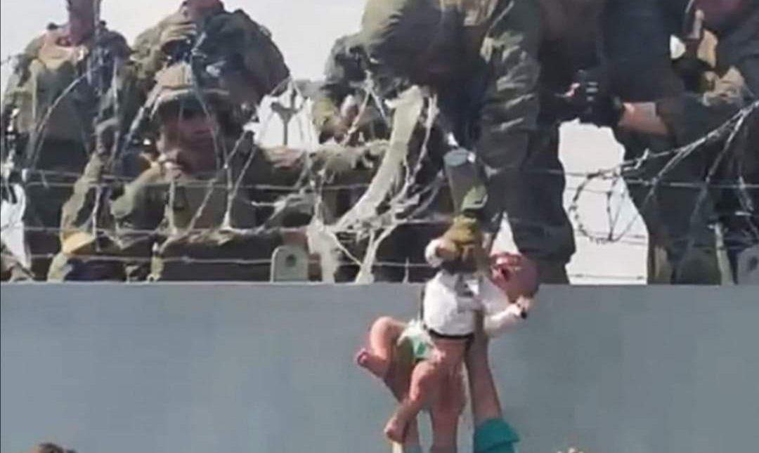 #VIDEO un bebé afgano es entregado a los militares en el muro del aeropuerto de Kabul