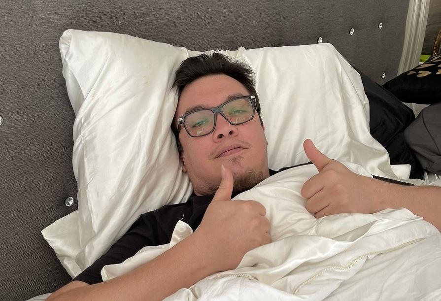 Anuncia Franco Escamilla que padece COVID-19 con foto tendido en cama