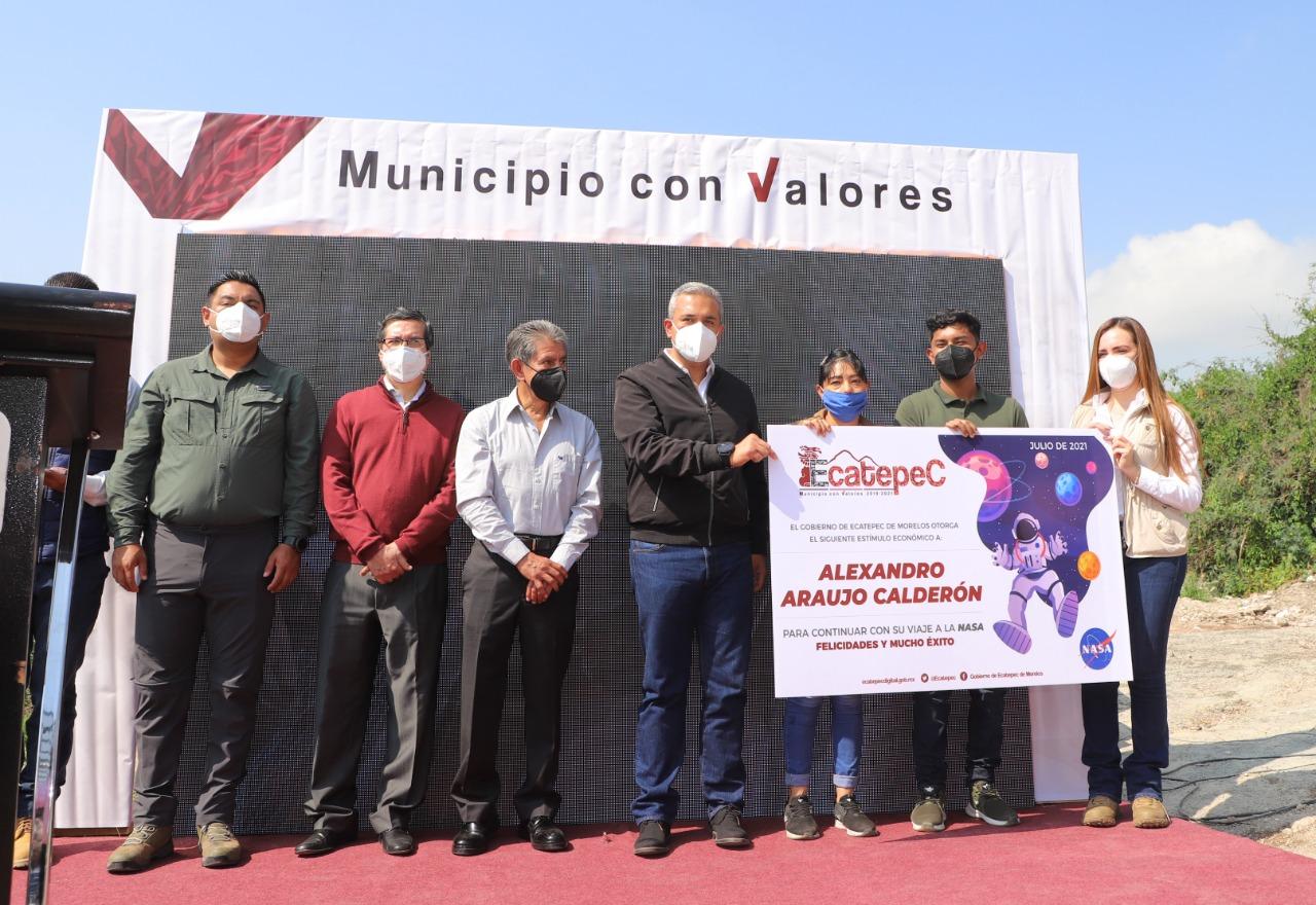 Alcalde entrega apoyo económico a joven de Ecatepec representará a México en concurso de la NASA