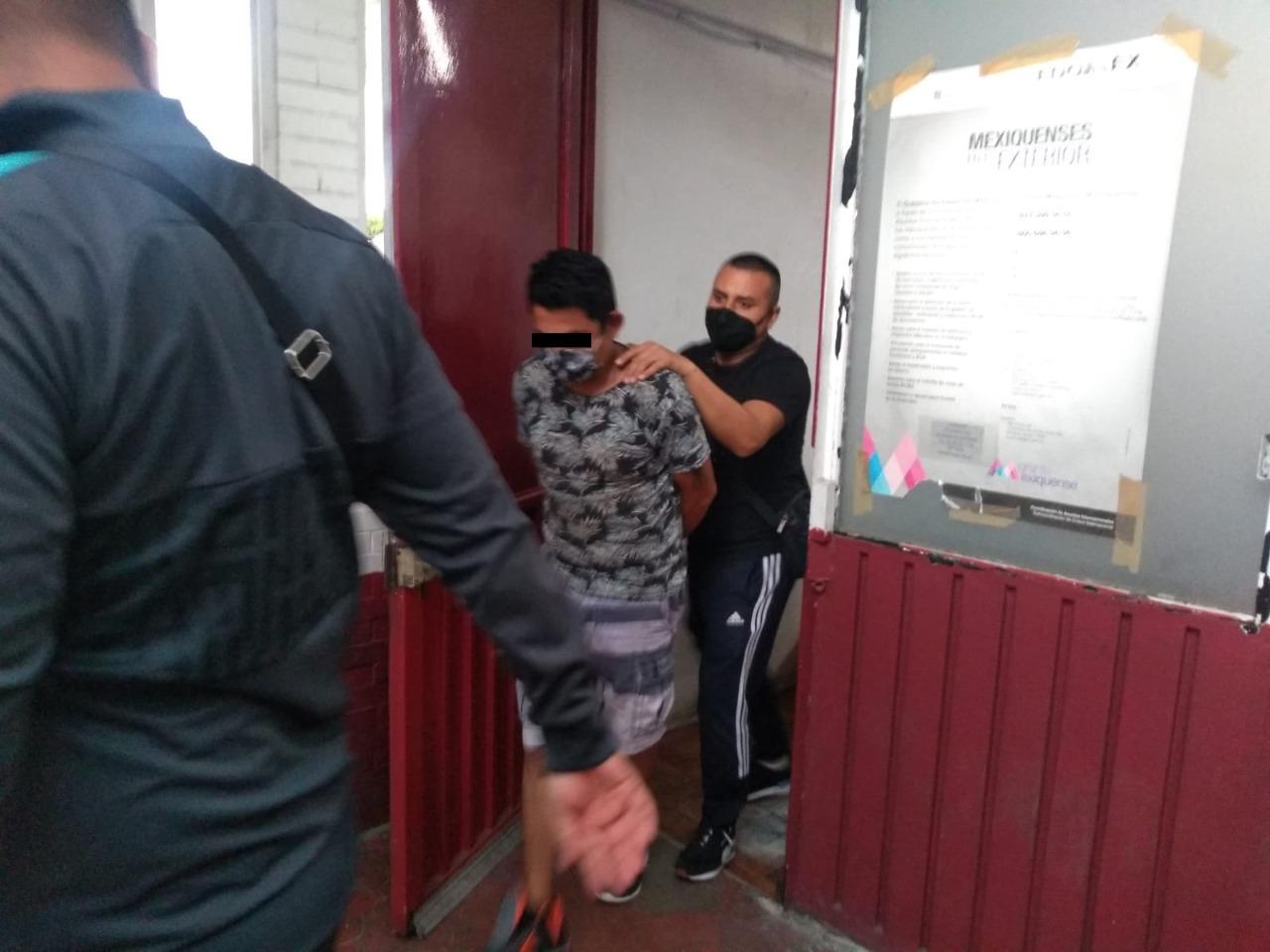 Policías de Ecatepec a presunto delincuente buscado por robo de vehículo con violencia