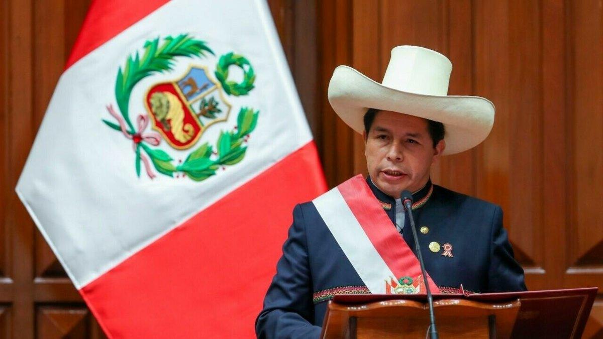 Irrumpen en oficinas del partido del presidente de Perú por presunto lavado de dinero