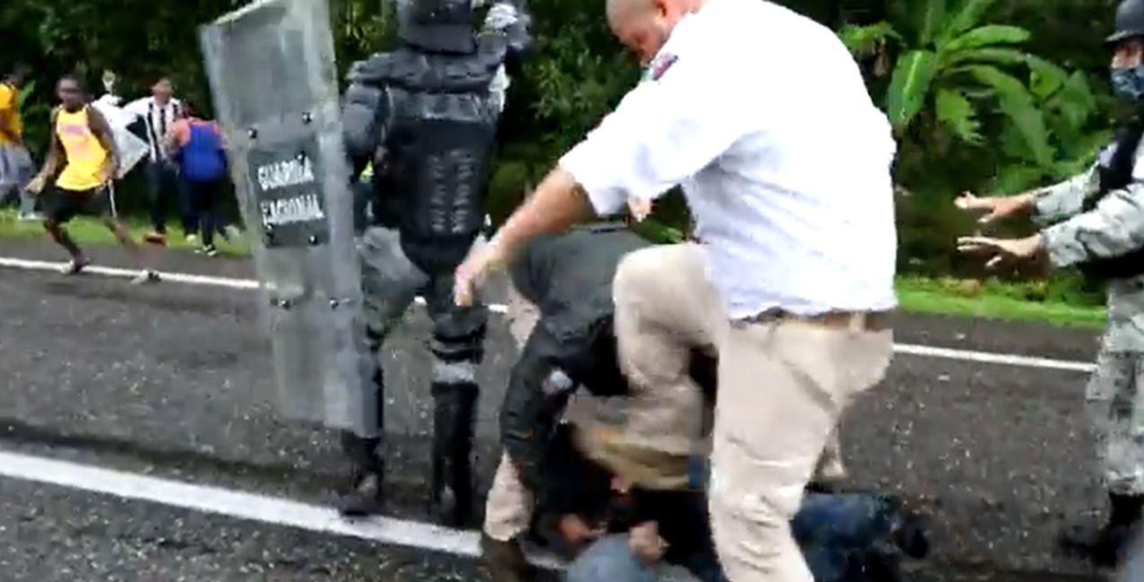 #VIDEO Agente patea cabeza de migrante en Chiapas