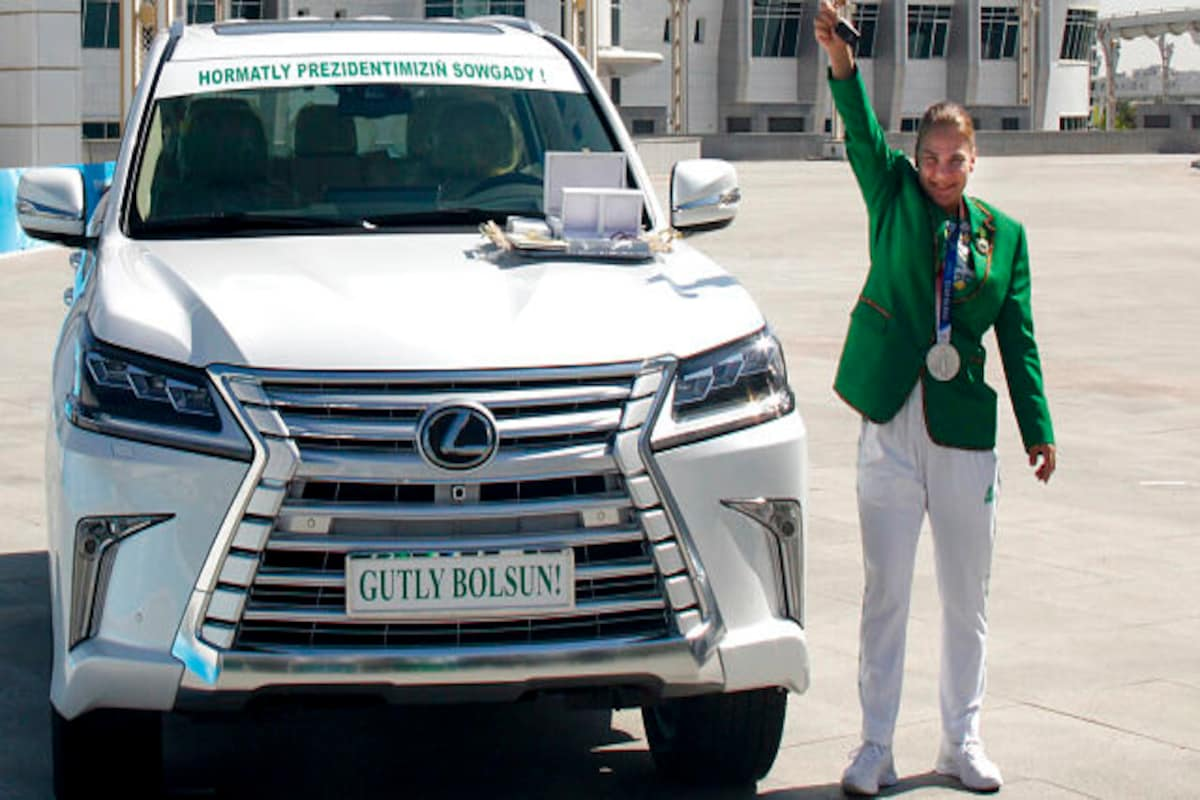 Primera medallista de Turkmenistán recibe lujosos obsequios como recompensa