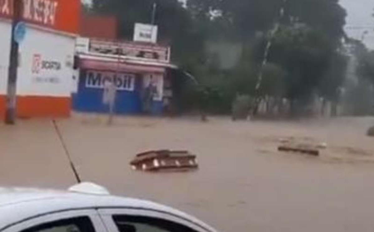 #VIDEO Aparecen ataúdes flotando tras inundación por el paso del Huracán 'Grace' en Veracruz