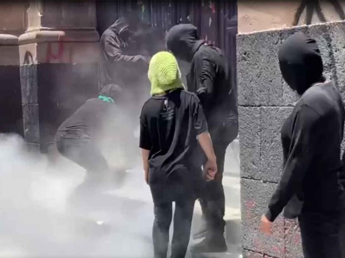 #VIDEO Rocían con extintores a feministas que buscaban despenalizar el aborto en Toluca