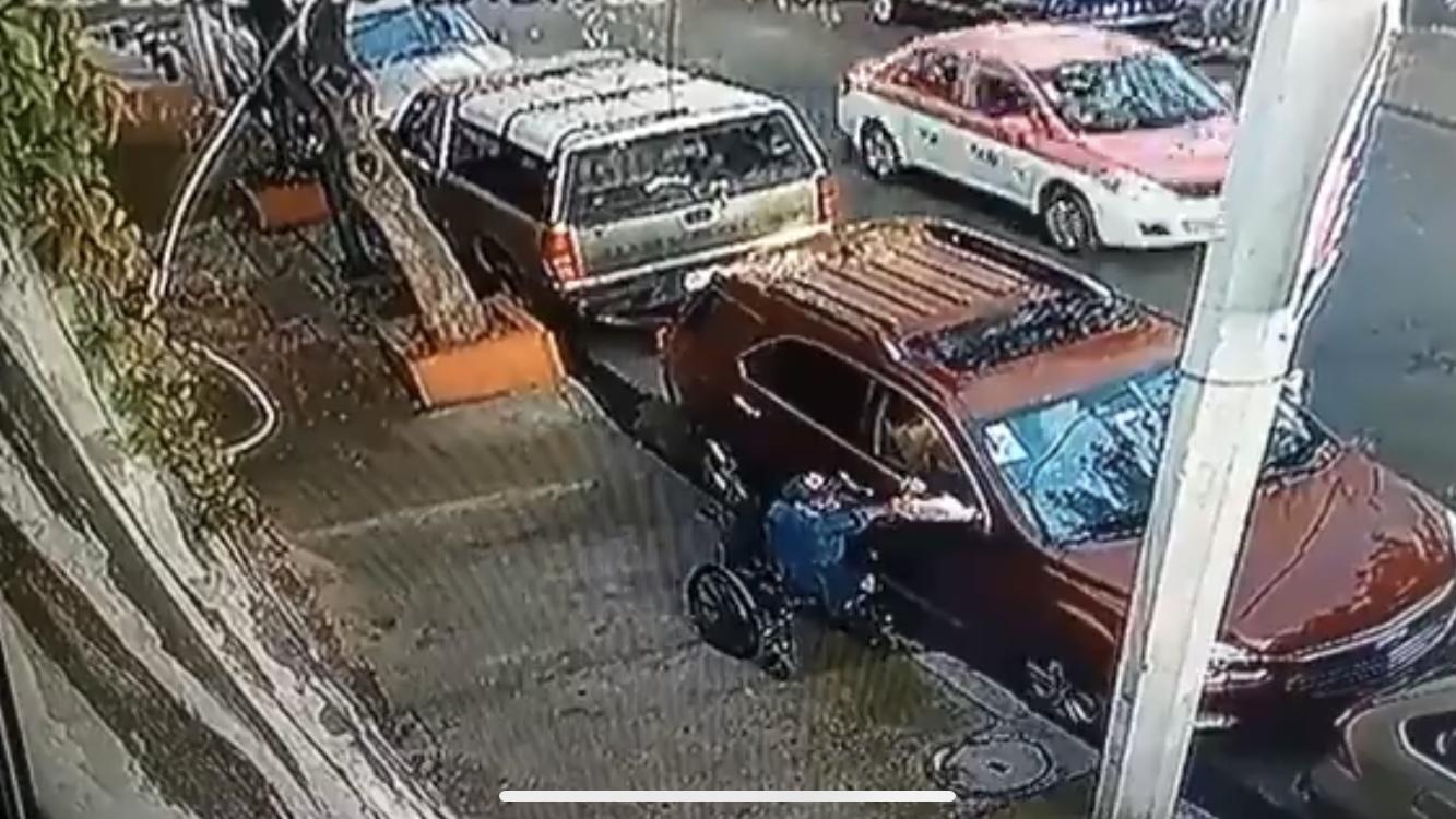Cachan a ladrón en silla de ruedas robando autopartes