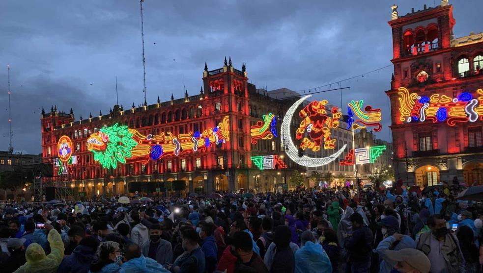 #Video Cientos de personas se reunieron en el Zócalo a pesar del COVID, para el espectáculo Memoria Luminosa
