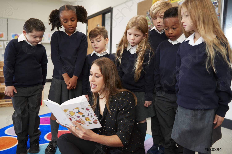 Maestra lee en clase y contagia de COVID-19 a 26 alumnos