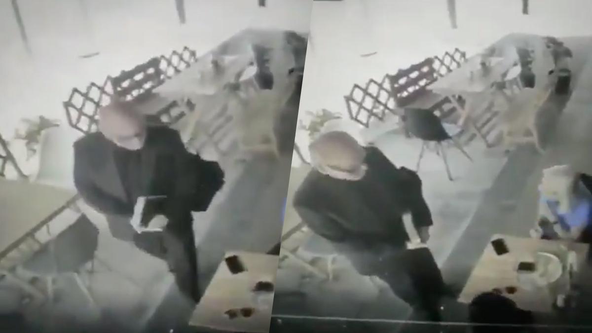 #VIDEO Exhiben a sacerdote que usa biblia para robar celulares en restaurantes