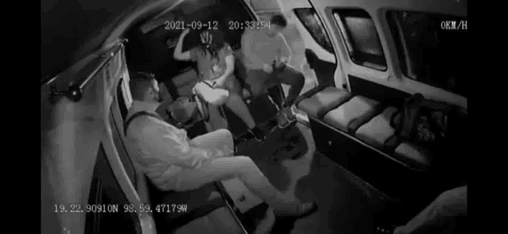 #Video Lo traiciono el sueño, pasajero cae de una combi al quedarse dormido