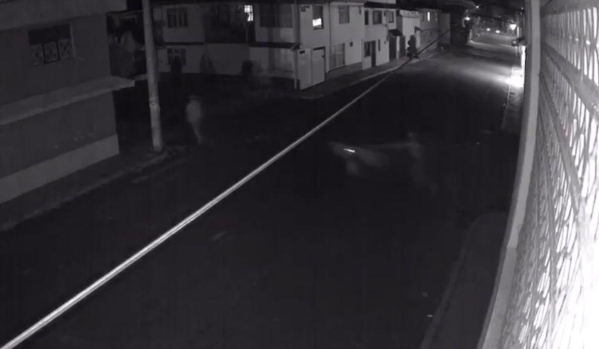 VIDEO: Así se roban las tapas de coladeras en Toluca