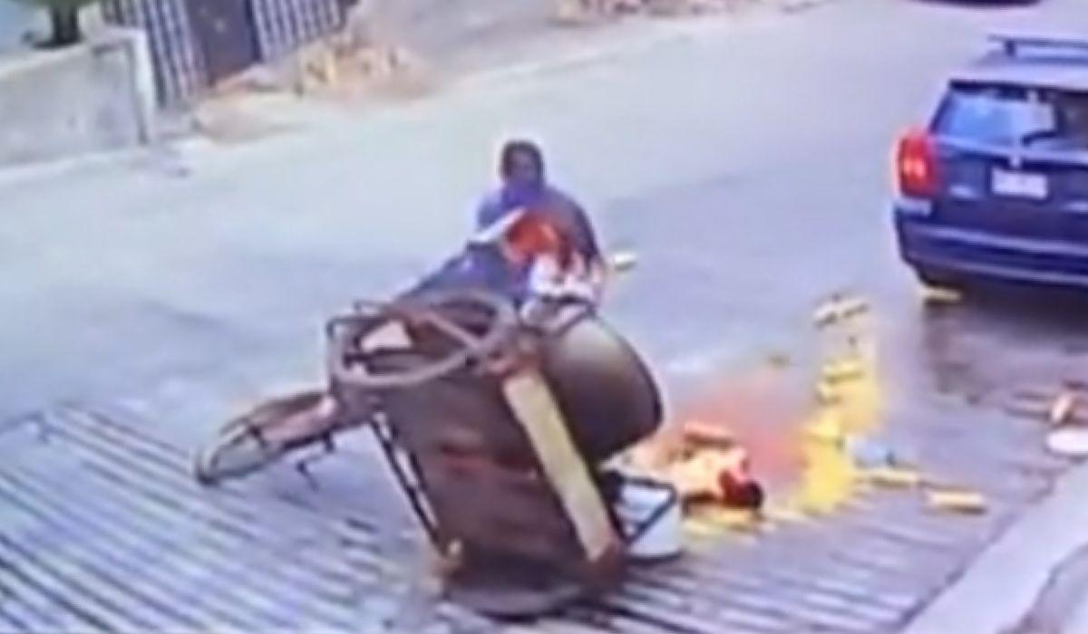 Elotero cae y pierde todo; lo buscan para apoyarlo (VIDEO)