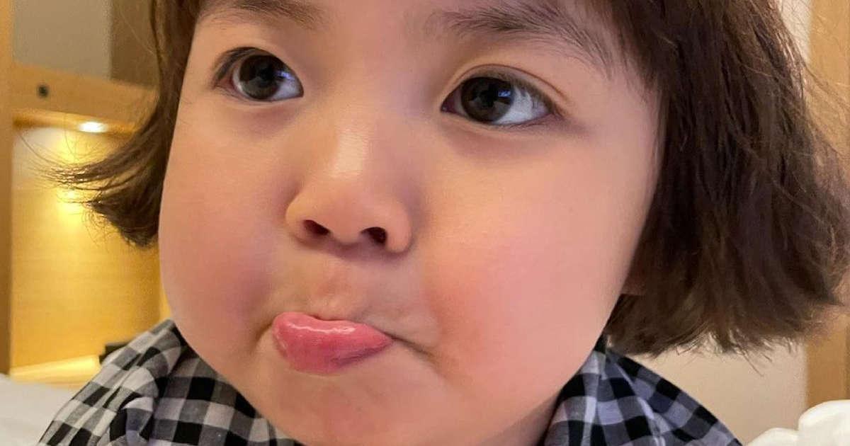 Madre de niña coreana demandará a quien use a su hija como sticker de WhatsApp