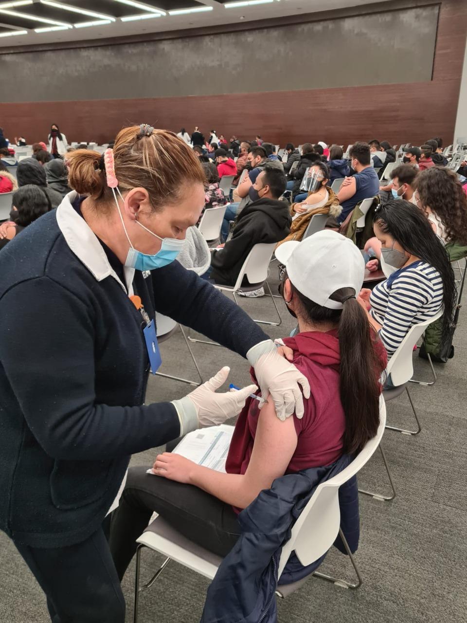 Exitosa la vacunación de jóvenes de 18 a 29 años en Toluca