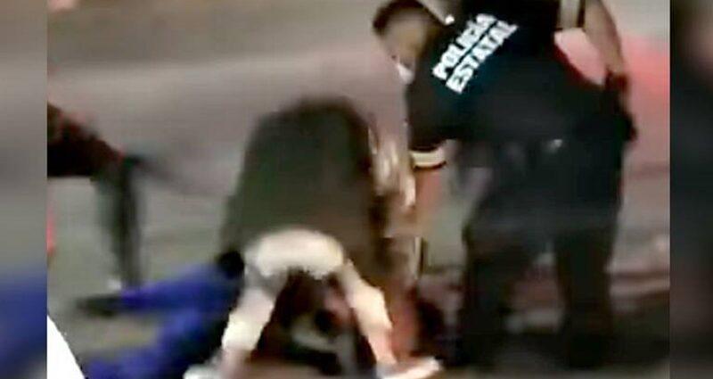 #VIDEO Usuarios de transporte público golpean y desnudan a presuntos ladrones en Edomex