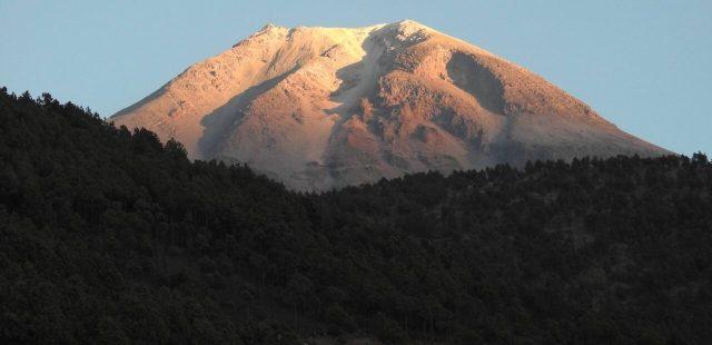 Por ello, en términos territoriales, el volcán tiene más superficie en los municipios deTlachichuca, Atzitzintla y Chalchicomula de Sesma, en Puebla, que en las demarcaciones veracruzanas deCalcahualco y La Perla.