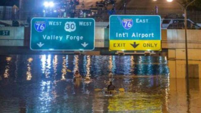 Digno de Juegos Olímpicos: realiza clavado de espalda en carretera inundada