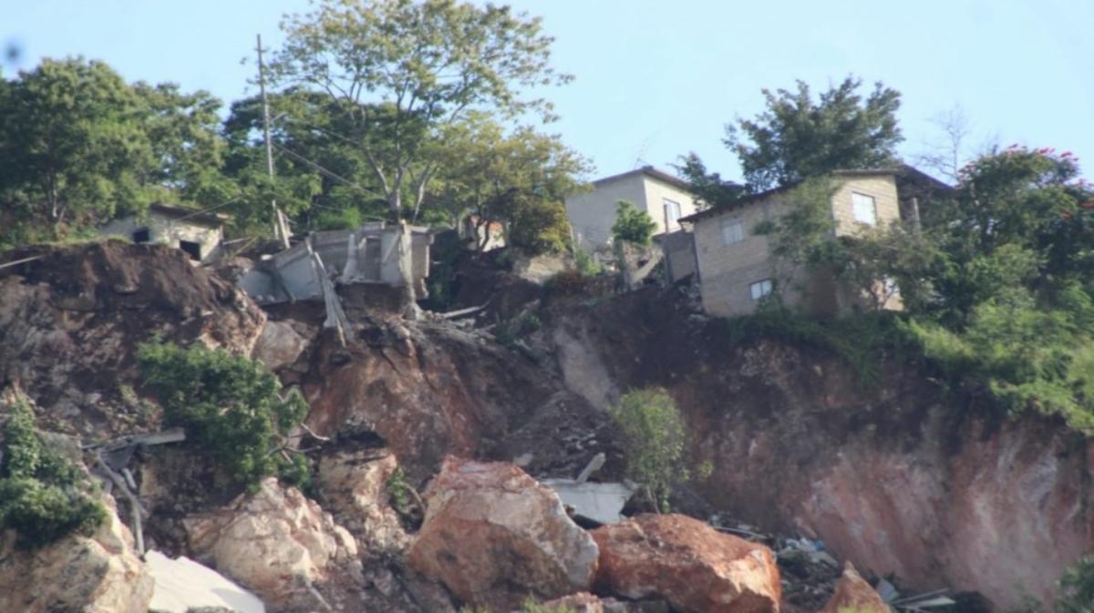 Cerro se desgaja en Jiutepec; hay desalojos