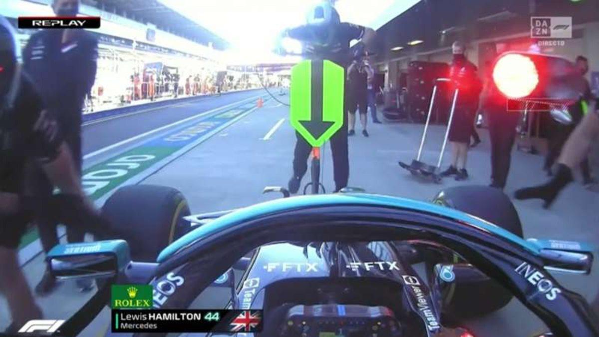 """#VIDEO Lewis Hamilton """"atropella"""" a uno de sus mecánicos"""